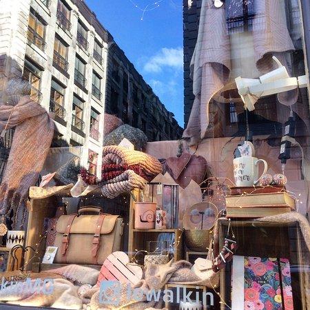 J'y passe presque tous les jours, et à chaque fois leur vitrine est superbe!  Et maintenant il ont une grande sélection de sacs de la marque Herschel! Cette boutique ja l'aime tellement! Parfaite pour les petits cadeaux de noel, les souvenirs de voyage.. jetée y un œil !