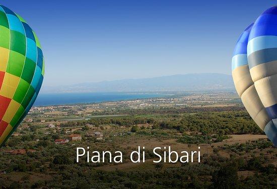 Stretta tra il Mar Ionio e il Pollino, la Piana di Sibari è la pianura più grande della Calabria, oltre che una delle sue aree più prospere e ricercate. La sua storia affonda le radici nel periodo magno greco: il suo nome deriva dall'antica e famosa città Sybaris, un importante centro commerciale per l'epoca.  La sua storia millenaria ha lasciato delle magnifiche tracce archeologiche in un territorio che offre un mare meraviglioso e una natura incontaminata.