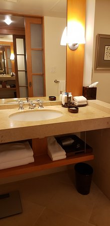 Taj Campton Place: Nice size bathroom,