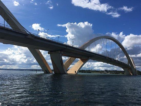 Vista da ponte JK do barco