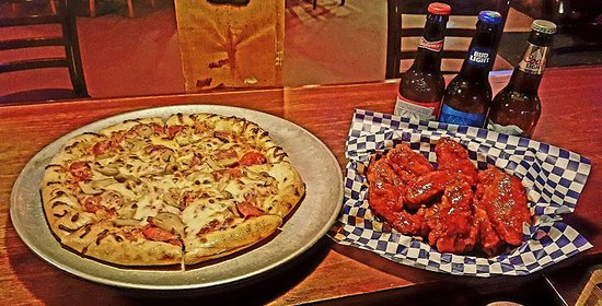 Snappers On The Water: Pizza and wings!