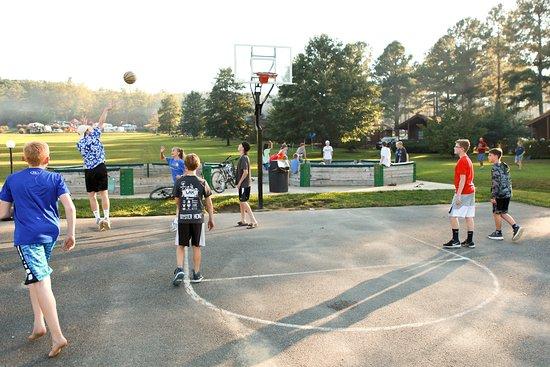 Yogi Bear's Jellystone Park Camp-Resort Luray: Basketball