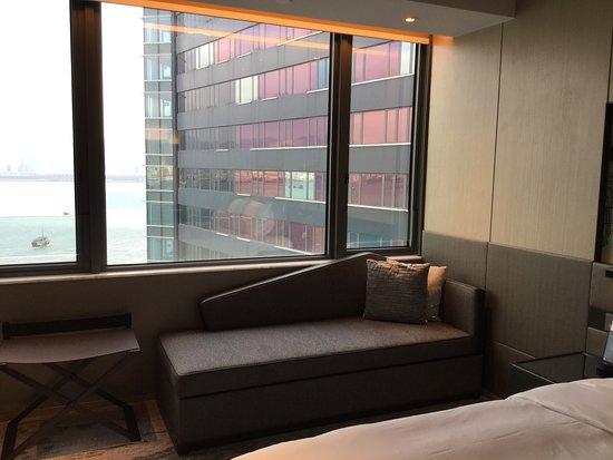 Hyatt Centric Victoria Harbour Hong Kong: 窓際のソファ