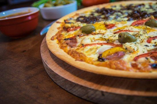 Pizza artesanal vegetariana com massa italiana. Uma delícia para compartilhar com os amigos.