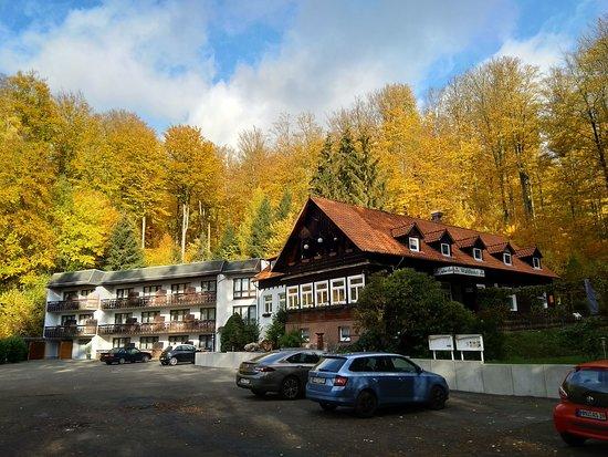 Hannoversch Munden, Germany: Links is het hotelgedeelte zichtbaar, rechts het restaurant.
