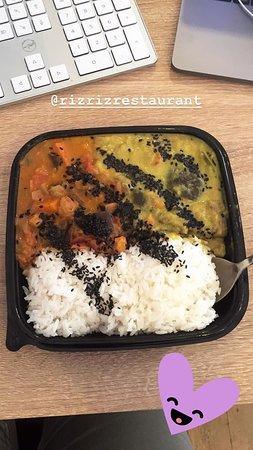 Curry de mangue et curry vert sur lit de riz au jasmin et sésame noir :)