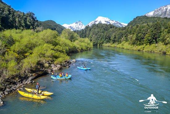 Outdoor Patagonia: OutdoorPatagonia Todas nuestras excursiones cuentan con la mejor seguridad, guías altamente capacitados, cataraft y kayaks que apoyan a tener una experiencia divertida y segura.