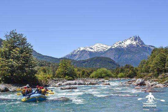 Outdoor Patagonia: OutdoorPatagonia rafting en el hermoso Río Azul con la vista panorámica de la maravillosa montaña Las Tres Monjas.