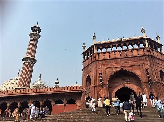 Friday Mosque (Jama Masjid): Situated near the very busy Chandni Chowk and bordered by a huge local (flea) market, the inside of this renowned mosque was surprisingly underwhelming.