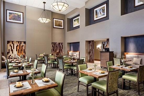 Bear Springs Hotel: Bear Springs Bistro & Lounge features a selection of appetizers, entrees, desserts and more.