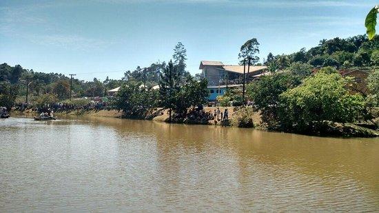 Campo Limpo Paulista, SP: Vista do lago da Figueira Branca em frente a comunidade Nossa Senhora Aparecida.
