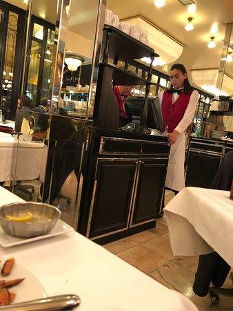 Serveur blasée absolument pas au service de son client (oubli de l'assiette puis du couteau...)