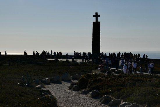 カモンイスが「ここに地果て、海始まる」と詠んだ碑があるユーラシア大陸最西端ロカ岬。