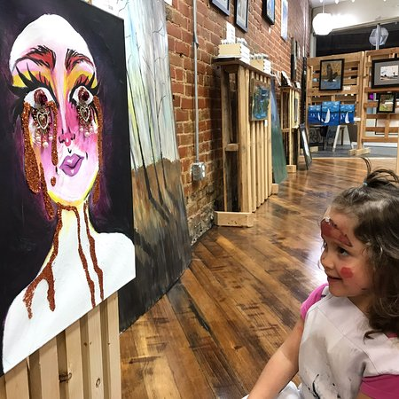 Muscatine, Айова: Sunrise River Galleries offers fine art from local artists and a variety of creative art experiences & classes.