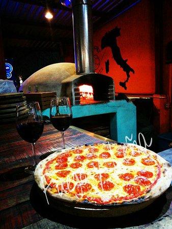 Fuego y Leña Pizza Artesanal: Italia nuestra tierra, la comida nuestra pasión...hacemos cosas sencillas  con amor y dedicación, escogemos los ingredientes uno por uno porque así nos enseñaron nuestros abuelos, abuelos italianos; llevamos en nosotros  la pasión por la comida, por el vino por los sabores genuinos.Nuestra comida es el reflejo de tradición y dedicación generacional así somos nosotros artesanos...genuinos como nuestras creaciones. Te esperamos en nuestra/tu casa...BENVENUTO. ARTESANOS EN ACCIÒN!!!
