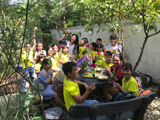 Lavin Home: Experiencing making paper flower in peaceful garden, and try sign language with us.