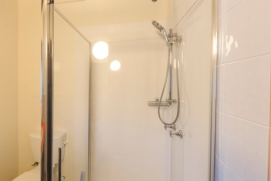 Nungurner, Australia: Bathrooms are clean and simple featuring a modern shower, toilet and welcome amenities.