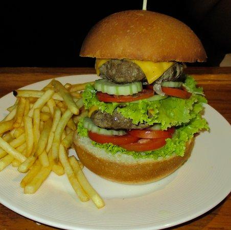 CC Beach Bar and Restaurant: mega burger