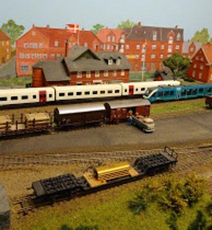 Ic 3 tog og Arriva tog mødes på Hadsten station.