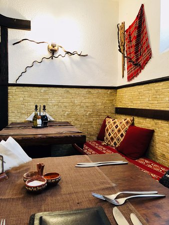 Izbata Tavern: setting inside the restaurant