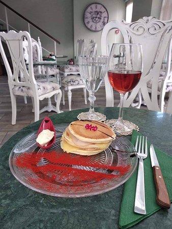 Dapprima Cafe: Pancake με γαλοπούλα ,τυρί, μαγιονέζα , πάπρικα και σως μπαλσάμικου .Συνοδεύται υπέροχα με ροζέ κρασί.