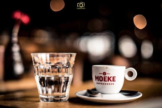 Gezelligheid, goede espresso, vriendelijke bediening en een top plek!