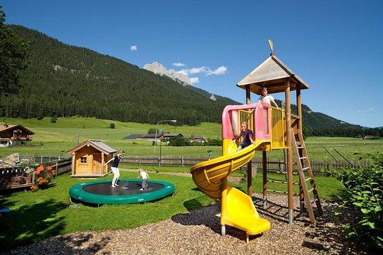 Der Spielplatz am Schörhof mit Rutsche, Trampolin, Seilrutsche, Schaukel, Klettergerüst und kleinem Wasserspielhügel
