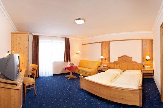 Wellnesshotel Gasthof Schoerhof: Großzügiges Zimmer in ländlichem Stil