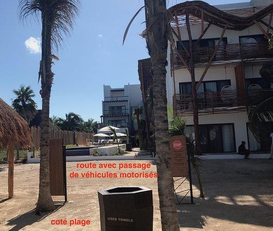 Mystique Blue Boutique Suites: la route à traverser de la plage du MystiqueHotel Holbox