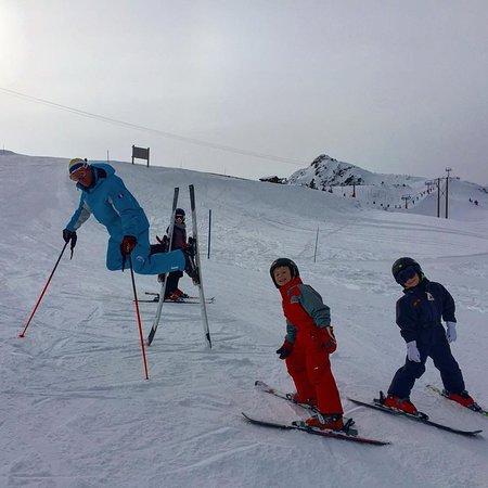 Isere, França: Les moniteurs font le Show sur les pistes ! Au plus grand bonheur des enfants !
