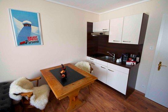 Schwarzhorn Suite - Kochnische mit Esstisch im Wohnzimmer