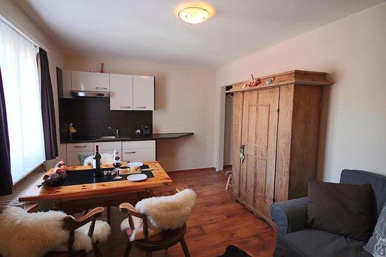 Weissfluh Suite - Wohnzimmer mit Kochnische, Esstisch und Schlafsofa