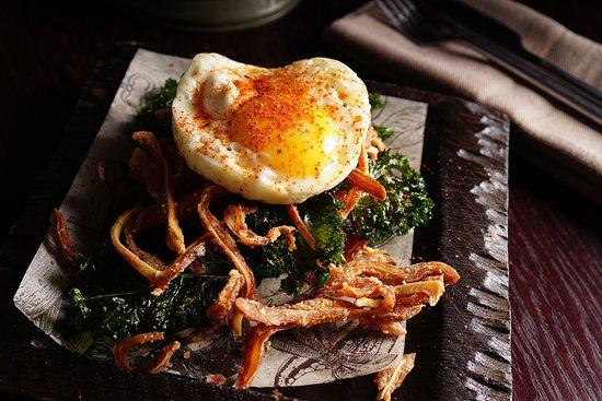 Yan Primus: Хрустящие свиные уши  с салатом кейл и деревенским яйцом