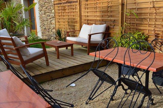 Brandivy, فرنسا: salon de jardin a disposition avec barbecue