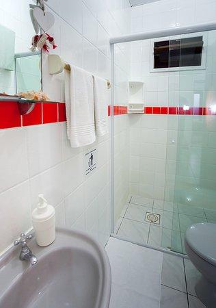 Banheiro com box e secador de cabelo 220v.