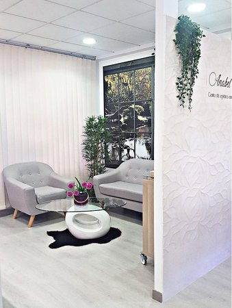 Nuestra sala de espera, donde el ambiente está en consonancia con la respuesta que pretendemos dar en nuestro centro, la más absoluta tranquilidad.