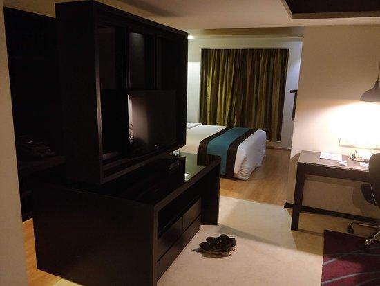 Davanam Sarovar Portico Suites: Bed room.