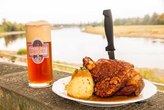 Ein Traum aus Bier und Haxe! Das Altpieschner Spezial (ein Märzen) ist wird mit speziellen Röstmalzen hergestellt und passt perfekt zu einer Haxe. Wir legen viel Wert auf eine knusprige Schwarte und eine ideal abgeschmeckte Sauce. Wir wünschen guten Appetit