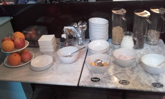 't Hotel: Buffet table