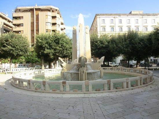 Brindisi, Italien: Piazza Cairoli-la fontana delle ancore