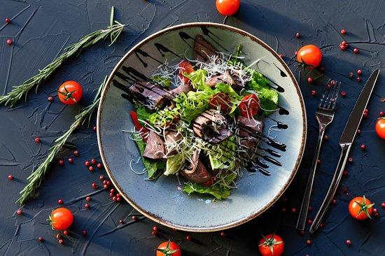 Основа нашего Гриль-меню естественно, мясо, а именно говядина. Мы выбираем только проверенную породу Black Angus зернового и травяного откорма.  На фото - Викторианский Салат Джентельмена с ростбифом, соусом Демиглас и салатом из печеных овощей