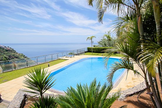 Кальета, Португалия: Heaven Peace is a great place where you can relax and enjoy some rest. It is located in Calheta, the biggest territory in the Madeira Island, where you can find great places to discover, beautiful landscape's and fun activitys to furfill your holidays. In Heaven Peace you will find several comodities such as a fine living room, kitchen and free parking lot. You will be located in a very calm location and also near local beach, restaurant, Museum Mudas and supermarket. We hope to see you soon