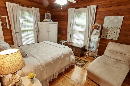 Yellow Daisy Bed and Breakfast: Cotton room with queen bed and private bathroom on the 1st floor of the B&B.