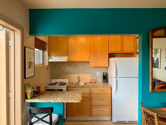Hollywood, FL: Small and cute kitchen fully stocked with all kitchenware.