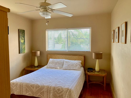 Hollywood, FL: Comfy and spacious bedroom.