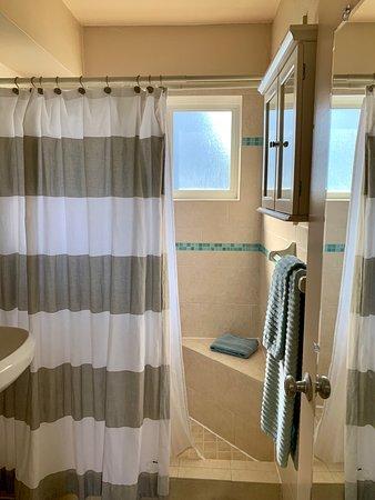 Hollywood, FL: Nicely updated bathroom.