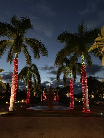 Sandals Emerald Bay Golf, Tennis and Spa Resort: front of the hotel dressed for christmas