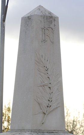 """Fragnes : Monument aux Morts - Près du cimetière - Monument commun avec La Loyère - """"Aux Morts pour la Patrie"""" Tous conflits  Parfait, un seul monument et on y regroupe tout le monde, « TOUS CONFLITS » c'est cela la rentabilité  S'il y a un attentat, ce n'est pas grave le monument est prêt !!!"""