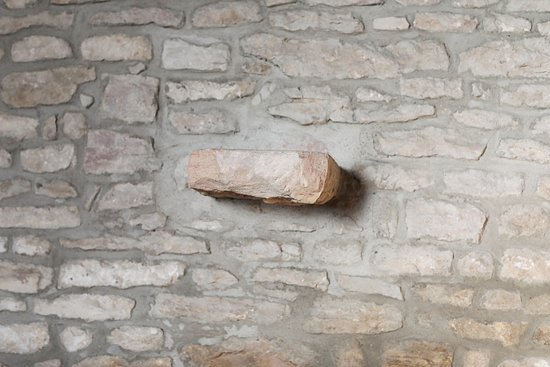 Fragnes, فرنسا: Fragnes : Le chemin pédestre, visite du cimetière et de son église Pour la visite de l'église, il faut demander la clef à la mairie ou aux services municipaux 