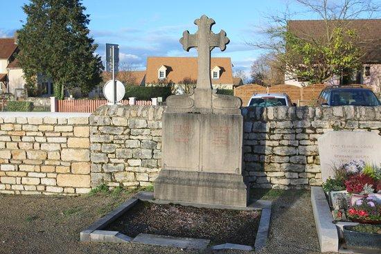 Fragnes : Le cimetière : Je reconnais que ce cimetière se situe le long du canal du centre, c'est à dire vers un point touristique ou passent beaucoup d'étrangers en bateaux. J'ai constaté que dans ce cimetière, il n'y avait aucune pancarte de posée sur une tombe « Tombe échue » ! Contrairement à ville de Saint Rémy ou son objectif est de faire un business avec son cimetière, idem pour Farges les chalon qui est en train de mettre la procédure en place, ici, il n'y a pas de problèmes ?  Pourquoi